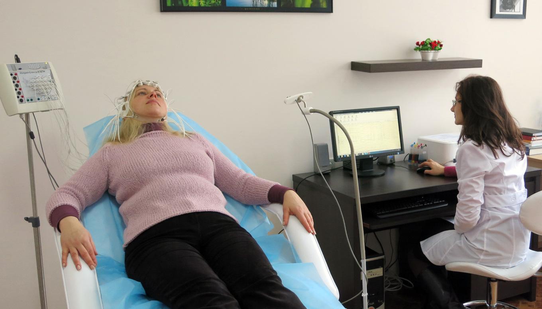 Доктор Танасиенко Е.О. проводит ЭЭГ в Центре Нейродиагностики